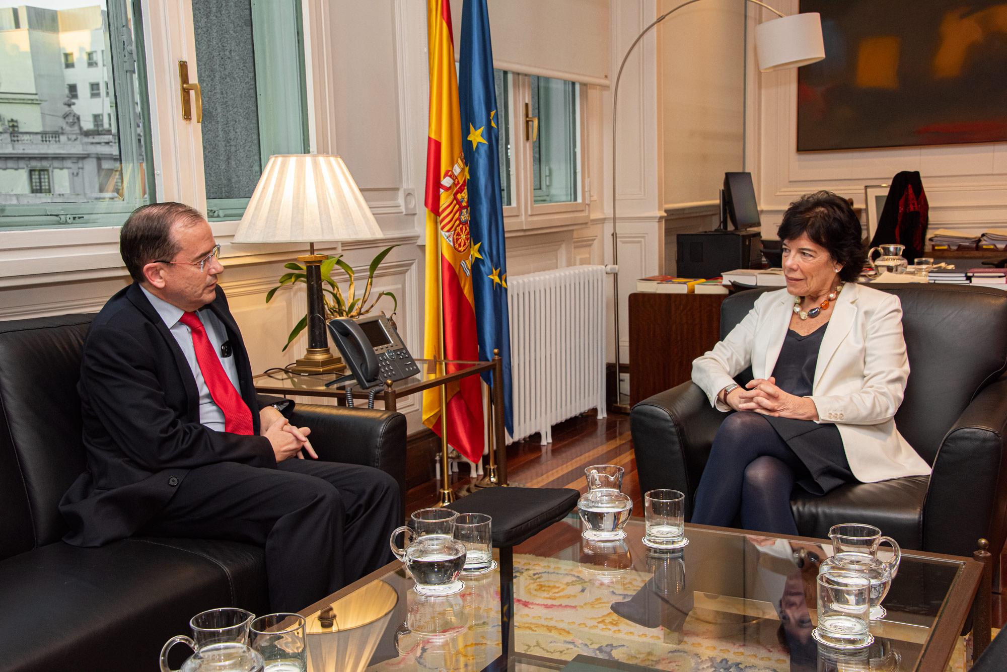Reunión del Presidente de la Fundación Arenales con la Ministra de Educación